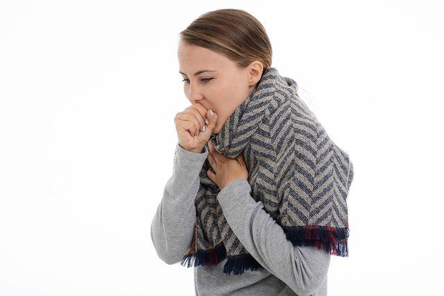 Auch Husten kann zu den Symptomen einer Hausstauballergie zählen.