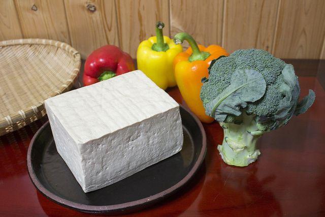 Veganer Feta aus Tofu - leicht und einfach selbst gemacht mit diesem Rezept..