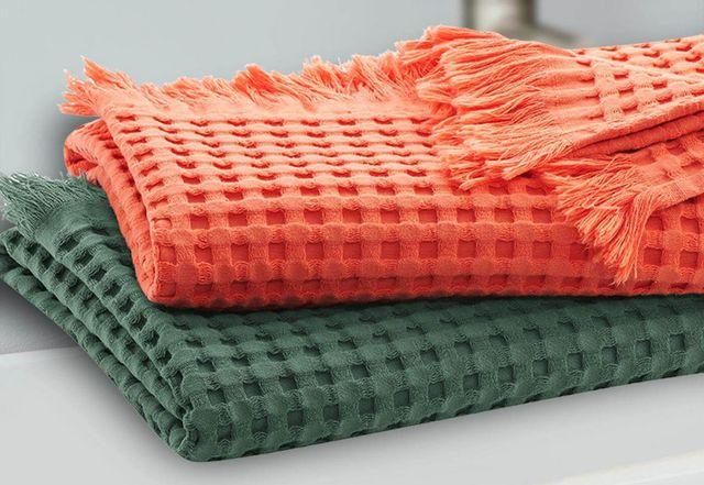 Die Bio-Handtücher von Living Crafts gibt es auch mit Waffelpiqué-Muster.