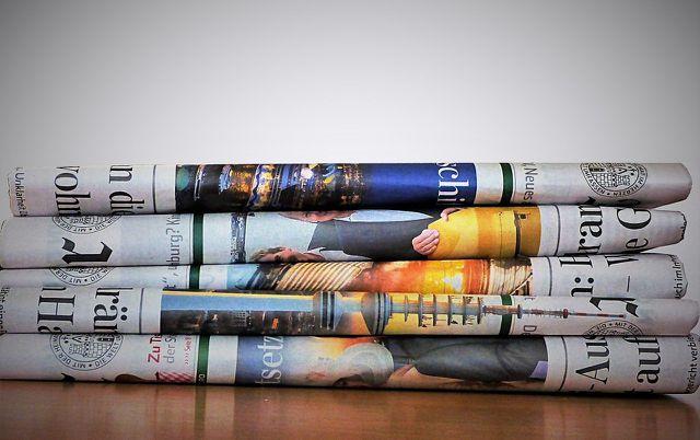 Nicht wegwerfen: Alte Zeitungen können im Haushalt sehr nützlich sein.