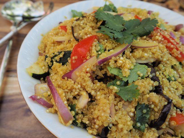 Den Quinoa-Salat kannst du mit vielen Gemüsesorten zubereiten.