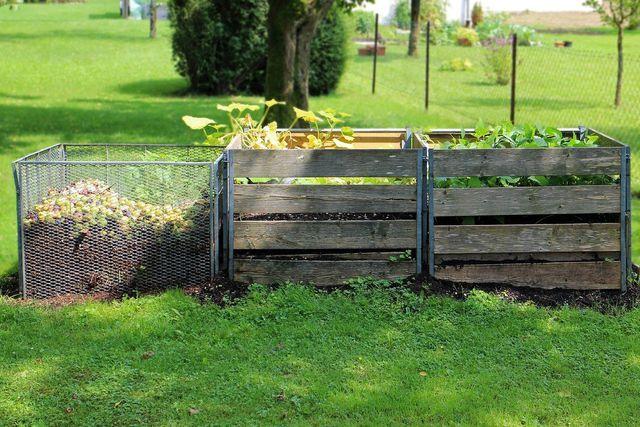 Ein alter Komposter eignet sich sehr gut als Kartoffelturm.