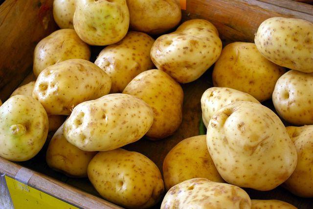 Für kanarische Kartoffeln kannst du problemlos heimische Kartoffelsorten verwenden.