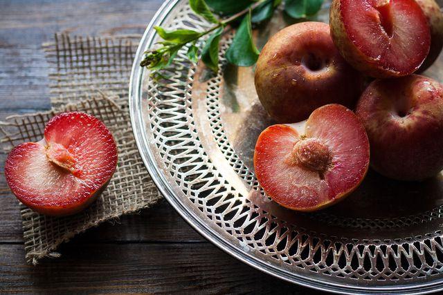 Fruchtfliegen lieben reifes Obst.