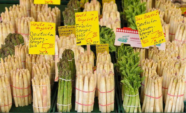 Du kannst sowohl grünen als auch weißen Spargel roh essen.