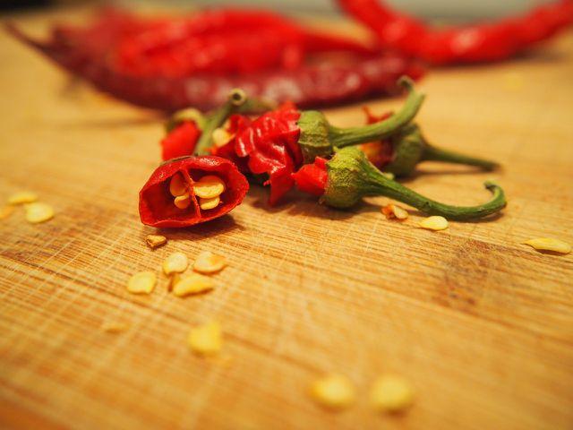 Wenn du vor dem Einlegen in die Peperoni einstichst, werden sie noch aromatischer.