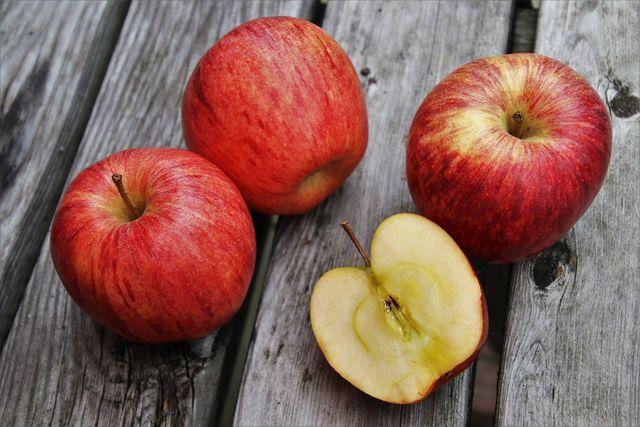 Äpfel beinhalten in und unter ihrer Schale die meisten der gesunden Inhaltsstoffe.