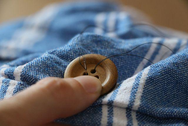 Den Vorgang lieber öfter wiederholen, damit der Knopf später auch richtig gut hält.