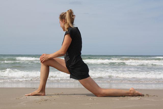 Der Ausfallschritt ist eine klassische Übung, mit der du deinen Hüftbeuger dehnen kannst.