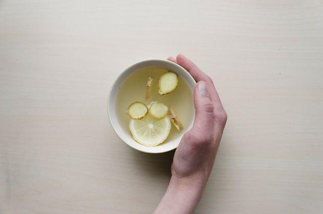 Ingwer-Zitronen-Wasser kannst du sowohl warm als auch kalt trinken.