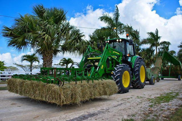 Faire Handelsorganisationen unterstützen ihre Partner zum Beispiel beim Ankauf von Landmaschinen.