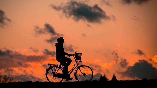 Wer bei Gewitter mit dem Fahrrad unterwegs ist, sollte sich schnell in Sicherheit bringen