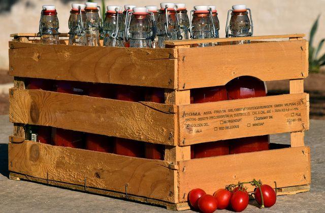 Koche die passierten Tomaten für den Winter ein.