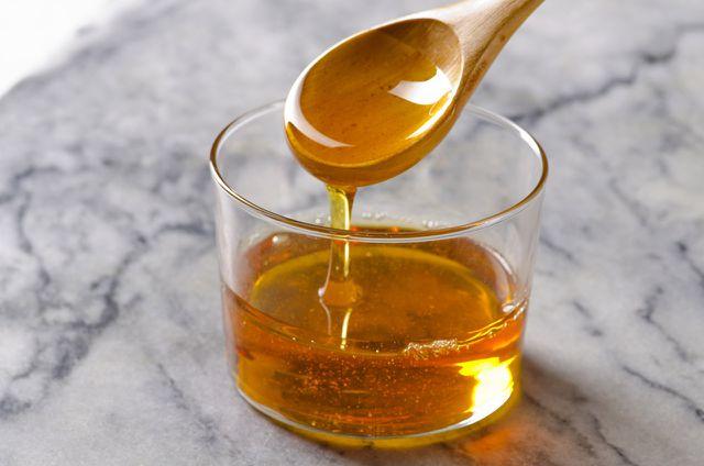 Agavendicksaft enthält viel Fruktose, deshalb sollten Menschen mit Fruktoseunverträglichkeit lieber auf den Zuckerersatz verzichten.