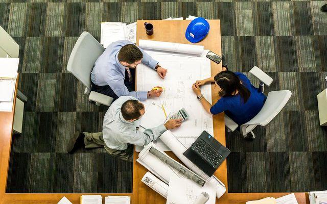 Wer Umweltwissenschaften studiert hat, kann als Berater*in in einem Architekturbüro arbeiten.
