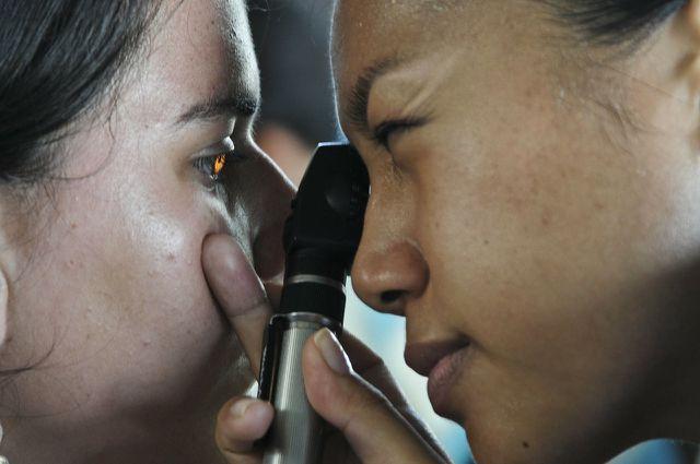 Bei spitzen Fremdkörpern im Auge hilft der Gang zum Arzt.
