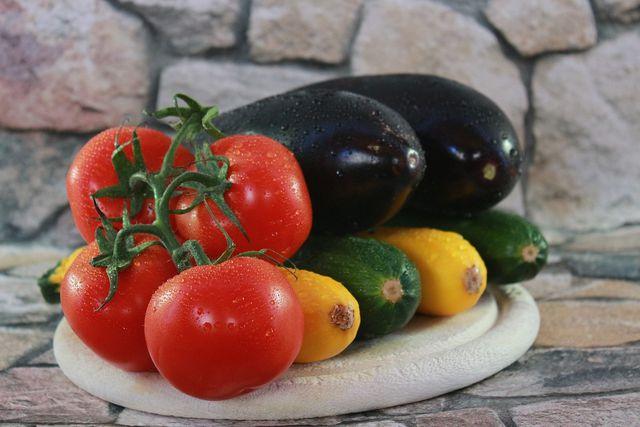 Die Hauptzutaten für Briam: Tomaten, Zucchini und Auberginen.