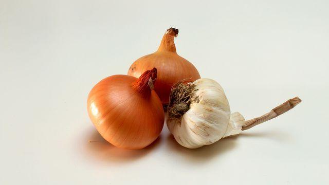 Auch Zwiebeln und Knoblauch können bei einer Mandelentzündung helfen.
