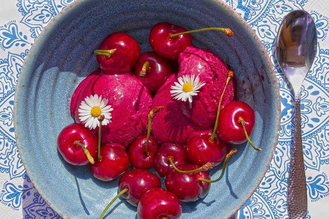 Kirschsorbet schmeckt fruchtig und sommerlich.