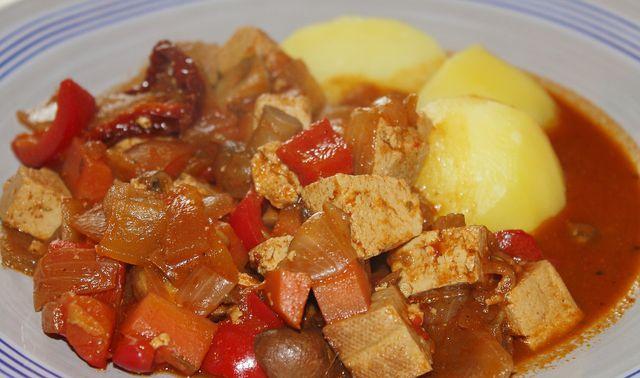 Flexitarier genießen Gulasch oft mit Tofu und manchmal mit Bio-Fleisch.