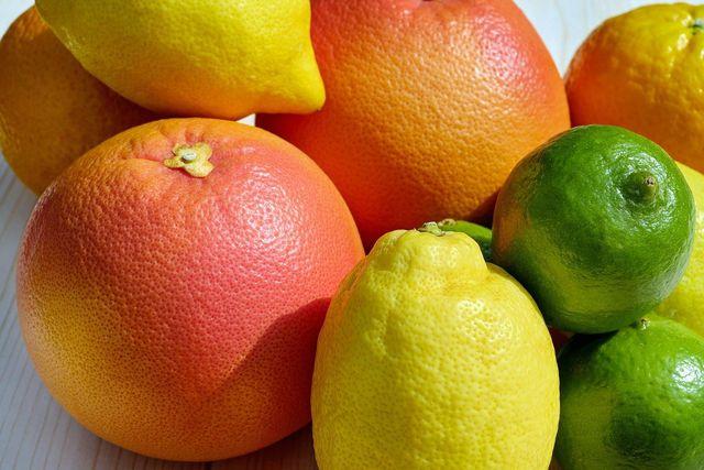 Die beliebtesten Zitrusfrüchte sind Orangen, Zitronen und Limetten.