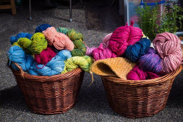 Strick-Anfänger stehen vor einer großen Auswahl an unterschiedlichen Wollsorten.