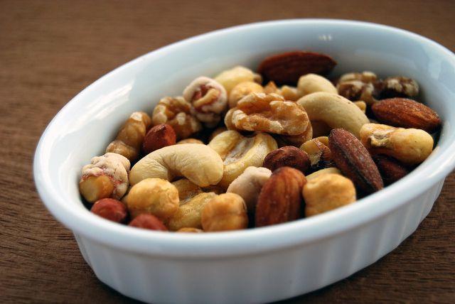 Leckere Nüsse und Kerne schmecken als Beilage zum Raclette.