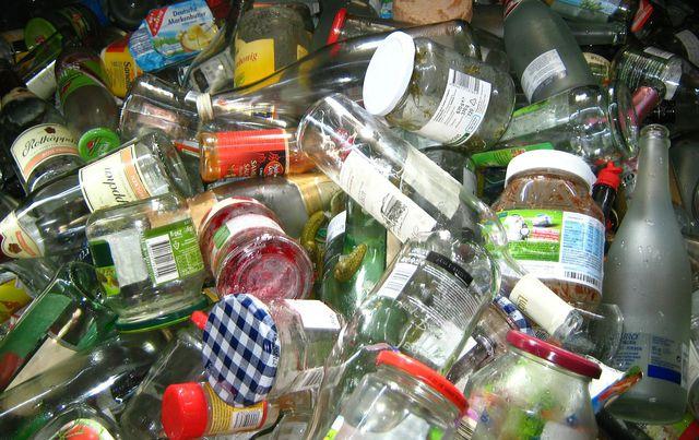 Für das Recycling muss Glas sortenrein sein – Fremdstoffe wie Deckel und Verschlüsse müssen entfernt werden.