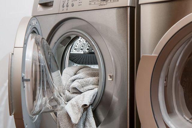 Im Kondenstrockner entsteht destilliertes Wasser als Nebenprodukt beim Wäschetrocknen.