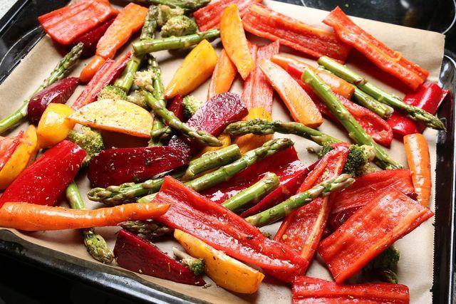 Du kannst jegliches Gemüse verwenden, welches sich gut im Backofen zubereiten lässt, zum Beispiel Möhren, Paprika oder Spargel