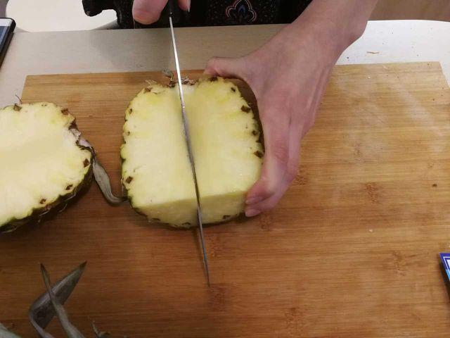 Die Ananas vierteln.