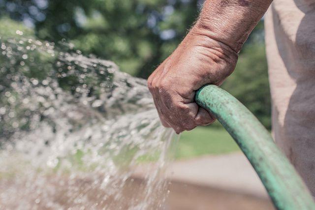 Mit einem Gartenschlauch kannst du das Fahrrad mit Wasser putzen.