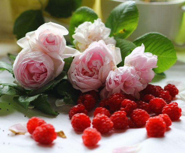 Du kannst Rosenmarmelade auch mit Himbeeren zubereiten.