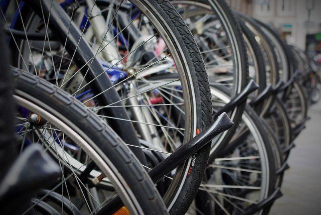 Um dein Fahrrad aufzupumpen, brauchst du eine Pumpe, die zu deinem Ventil passt.