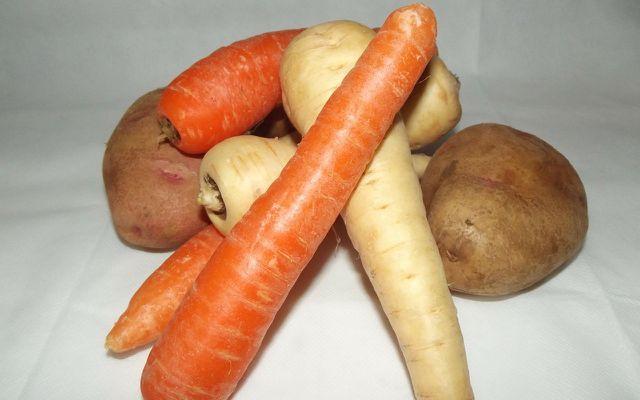 Zutaten für Gemüsechips: Karotten, Kartoffeln, Pastinaken