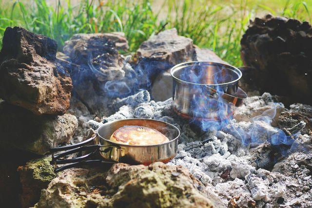 Camping-Geschirr erleichtert es dir, deine Verpflegung zuzubereiten.