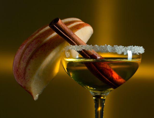 Garnieren kannst du Bratapfellikör z. B. mit einer Zimtstange.