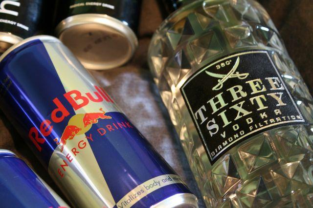 Der beliebte Mix aus Wodka und Red Bull ist gesundheitlich höchst problematisch!