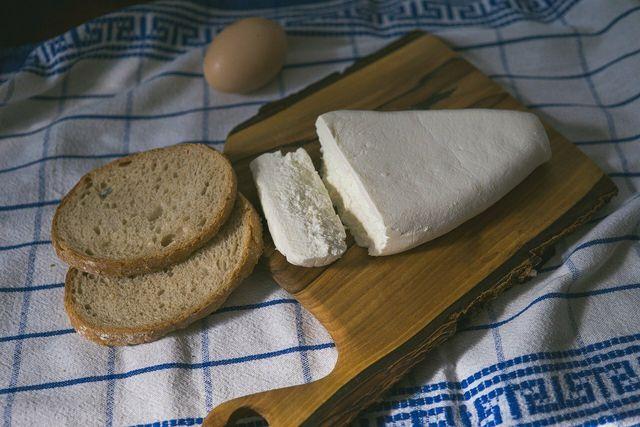 Aus saurer Milch kannst du einen einfachen Schnittkäse herstellen.