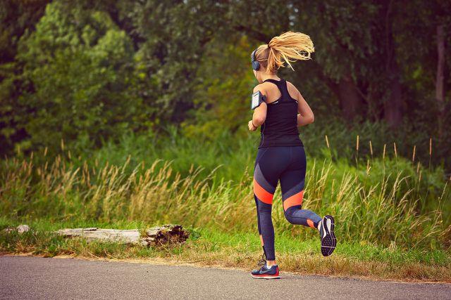 Wenn du Kopfschmerzen während des Sports spürst, leg eine Pause ein.