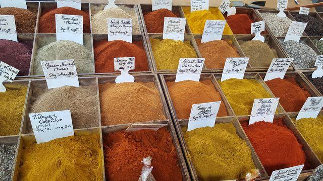 Currypulver besteht aus vielen verschiedenen Gewürzen.