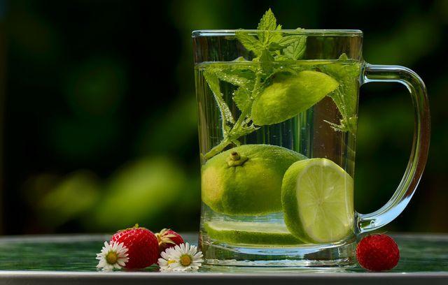 Wasser mit Limetten und Minze ist ein zuckerfreier Durstlöscher.