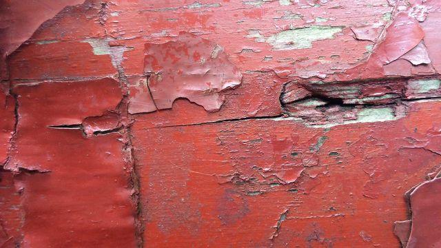 Wenn das Holz noch alte Lackreste aufweist, solltest du sie zunächst entfernen.