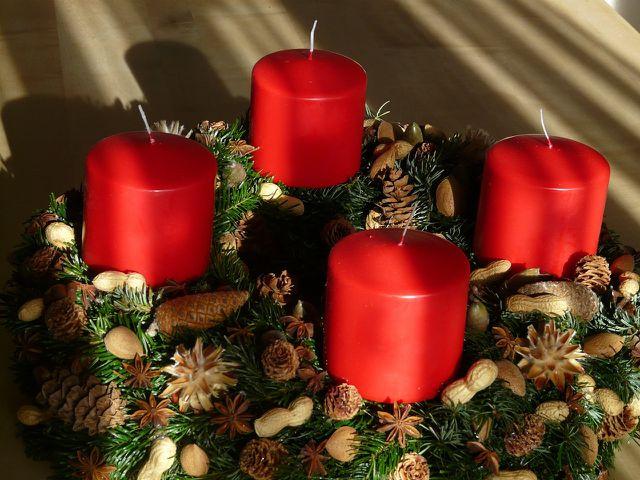 Ein Adventskrank, der mit Naturmaterialien dekoriert wurde, sieht sehr weihnachtlich aus.
