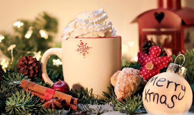 Tu dir an Weihnachten etwas Gutes und genieße zum Beispiel eine heiße Schokolade und Plätzchen.