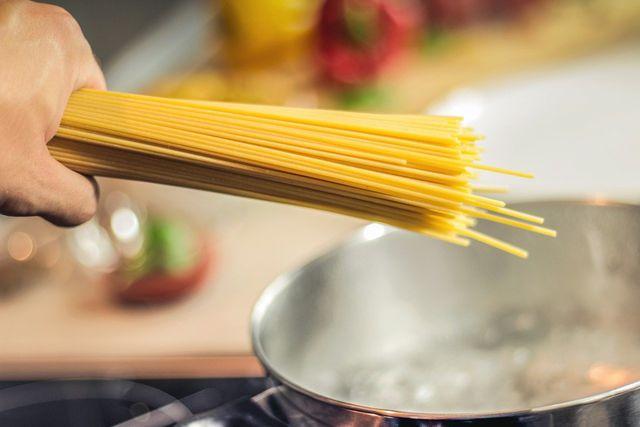 Koche die Spaghetti mit viel Wasser, damit sie nicht zusammenkleben.
