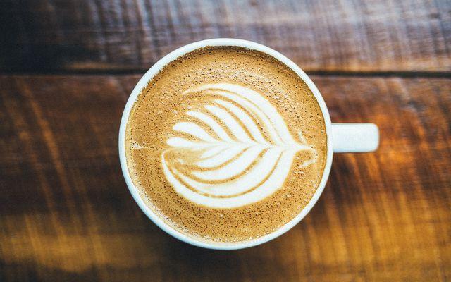 kaffee trinken cappoccino milch milchschaum