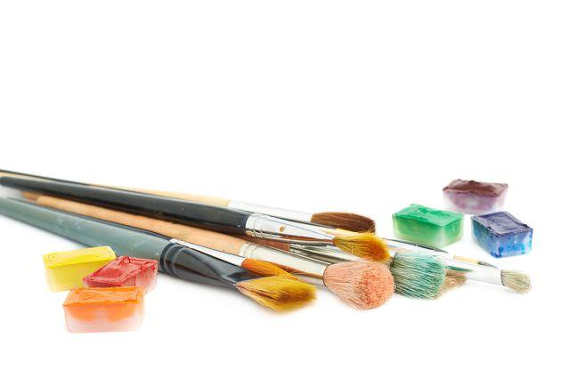 Farbige Kinderschminke kannst du mit Lebensmittelfarbe zusammenmischen.
