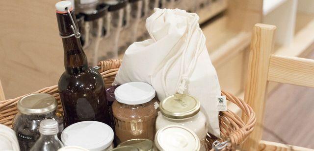 Einkaufen ohne Müll und Verpackung: Stoffbeutel, leere Einmachgläser, Mehrwegflaschen.