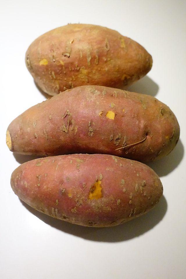 Gefüllte Kartoffeln kannst du zur Abwechslung auch aus Süßkartoffeln herstellen.